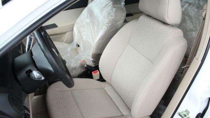 Ghế xe với chất liệu nỉ được thiết kế khá bắt mắt. Tựa đầu hàng ghế trước có thể điều chỉnh độ cao