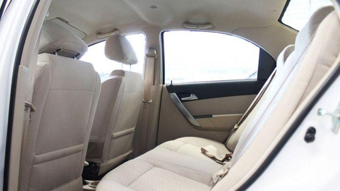 Hàng ghế sau có chổ ngồi khá thoải mái dù chiều dài cơ sở của xe ngắn hơn so với các đối thủ. Bù lại là chiều rộng và khoảng trống trần của xe khá thoải mái cho 3 người