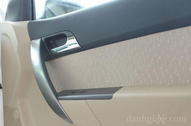 Tay nắm cửa và lẩy mở cửa xe tạo điểm nhấn trong cabin xe