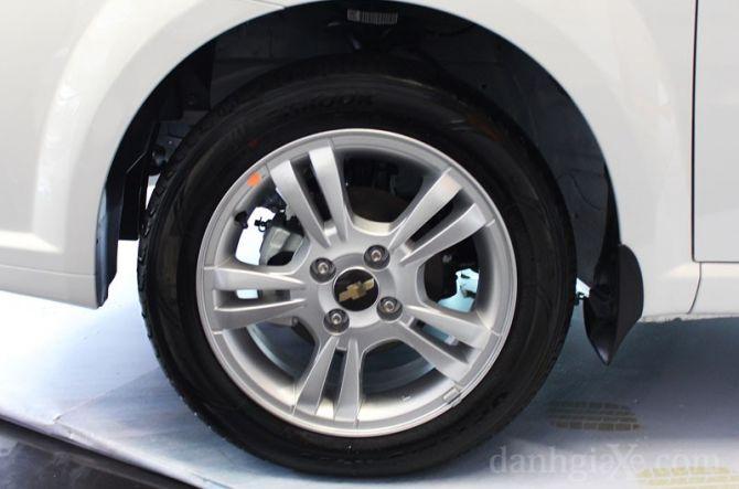 Xe trang bị lazang đúng 15'' đi cùng lốp xe có kích thước 185/55 R15 ở cả hai phiên bản MT và AT