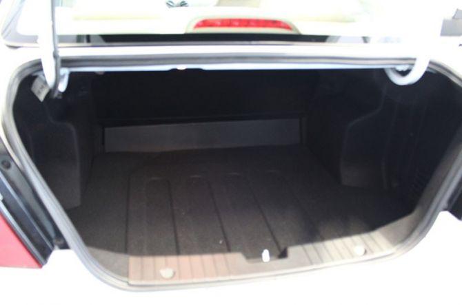 Khoang hành lý vừa đủ cho các nhu cầu sử dụng. Tuy nhiên cửa cốp xe chỉ được mở bằng nút bấm trong cabin xe