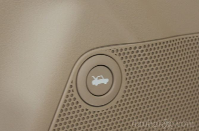 Nút bấm mở cửa khoang hành lý trên cửa tài xế