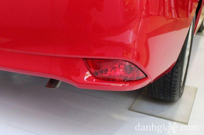 Cụm đèn phản quang kích thước nhỏ ở cản sau xe, ống pô được giấu vào bên trong