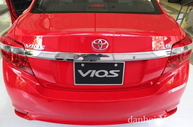 Thanh crôm sáng nối liền giữa hai cụm đèn hậu tạo sự thu hút cho đuôi xe Vios mới
