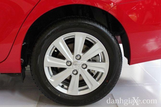 Xe trang bị lazang hợp kim 15'' ở cả 3 phiên bản. Trong đó phiên bản E và G được trang bị thắng đĩa ở cả trước và sau trong khi phiên bản J chỉ được trang bị thắng đĩa ở bánh trước và tang trống ở bánh sau