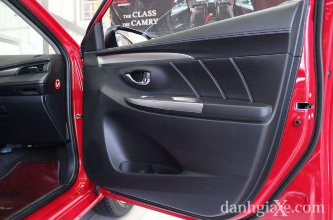 Cửa xe có thiết kế bắt mắt với sự kết hợp các chất liệu tương tự bảng tablo