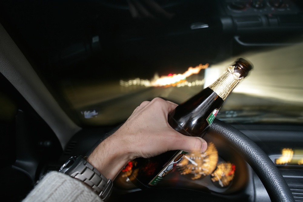 https://static.danhgiaxe.com/data/201433/drinking-beer-while-driving-car_6430.jpg