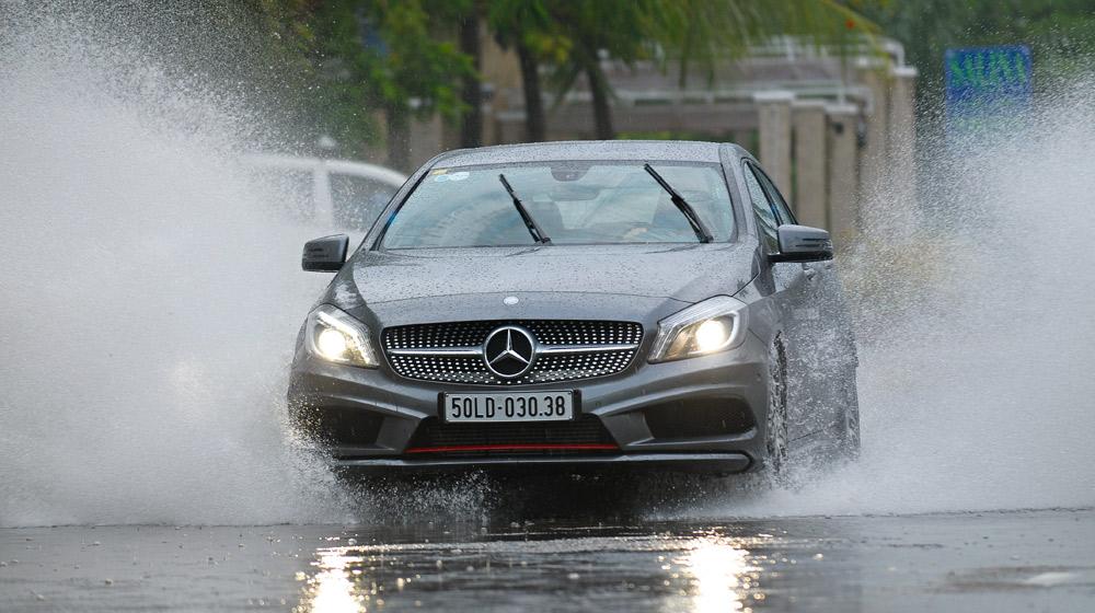 Kinh nghiệm lái xe an toàn mới nhất - lái xe trong mưa bão