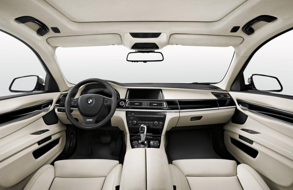 Tương phản với ngoại thất màu đen, nội thất của xe làm bằng da Merino màu kem
