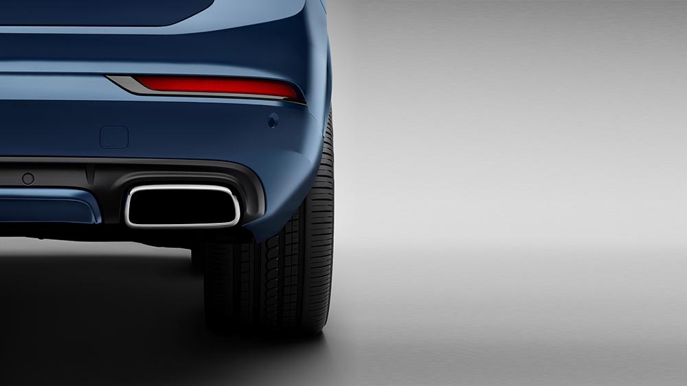 Phần đuôi XC90 R-Design được thiết kế tinh tế, tích hợp ống xả kép mạ bạc