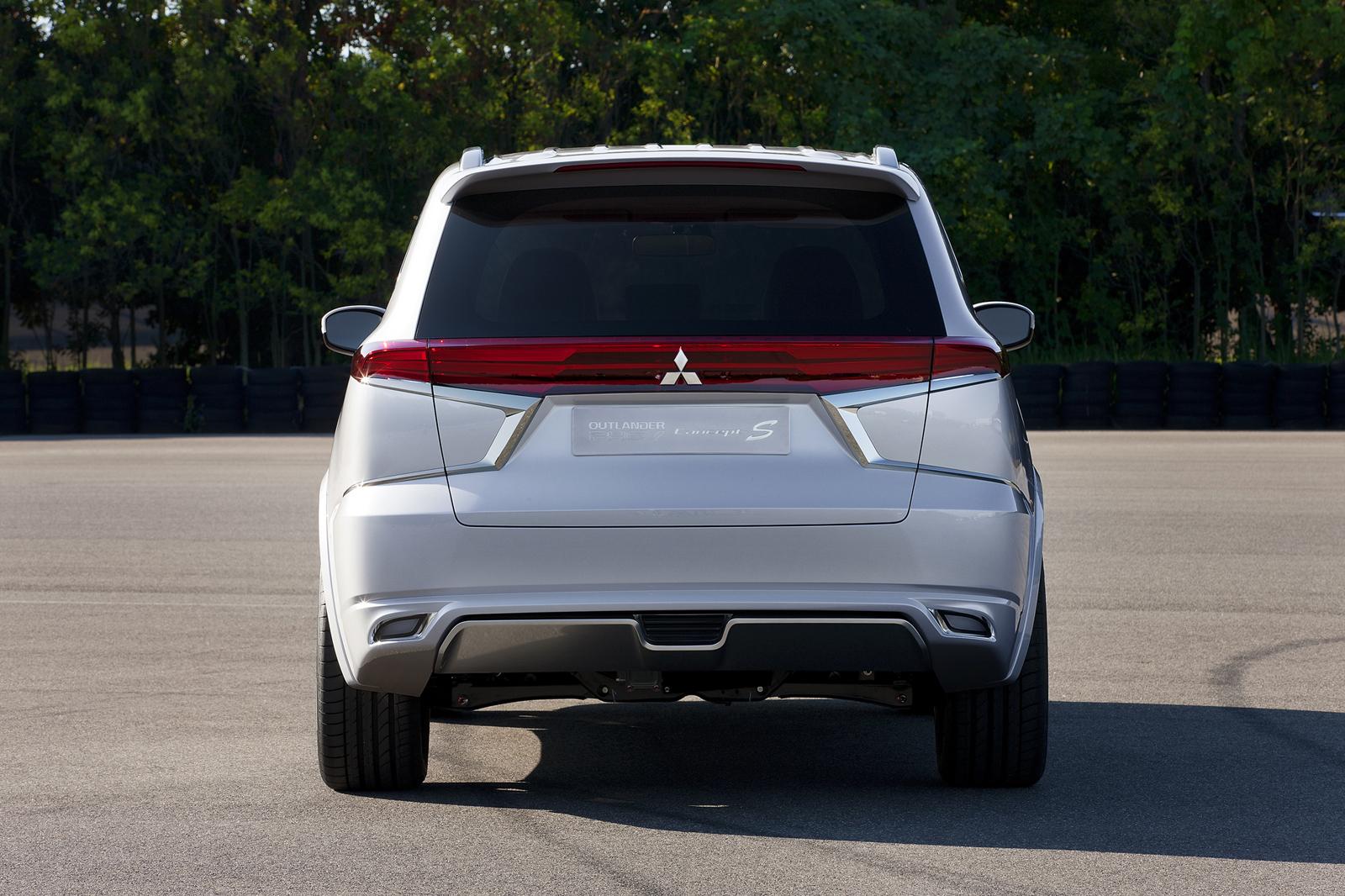 Phần đuôi xe được thiết kế khá độc đáo với cụm đèn sau nằm ngang