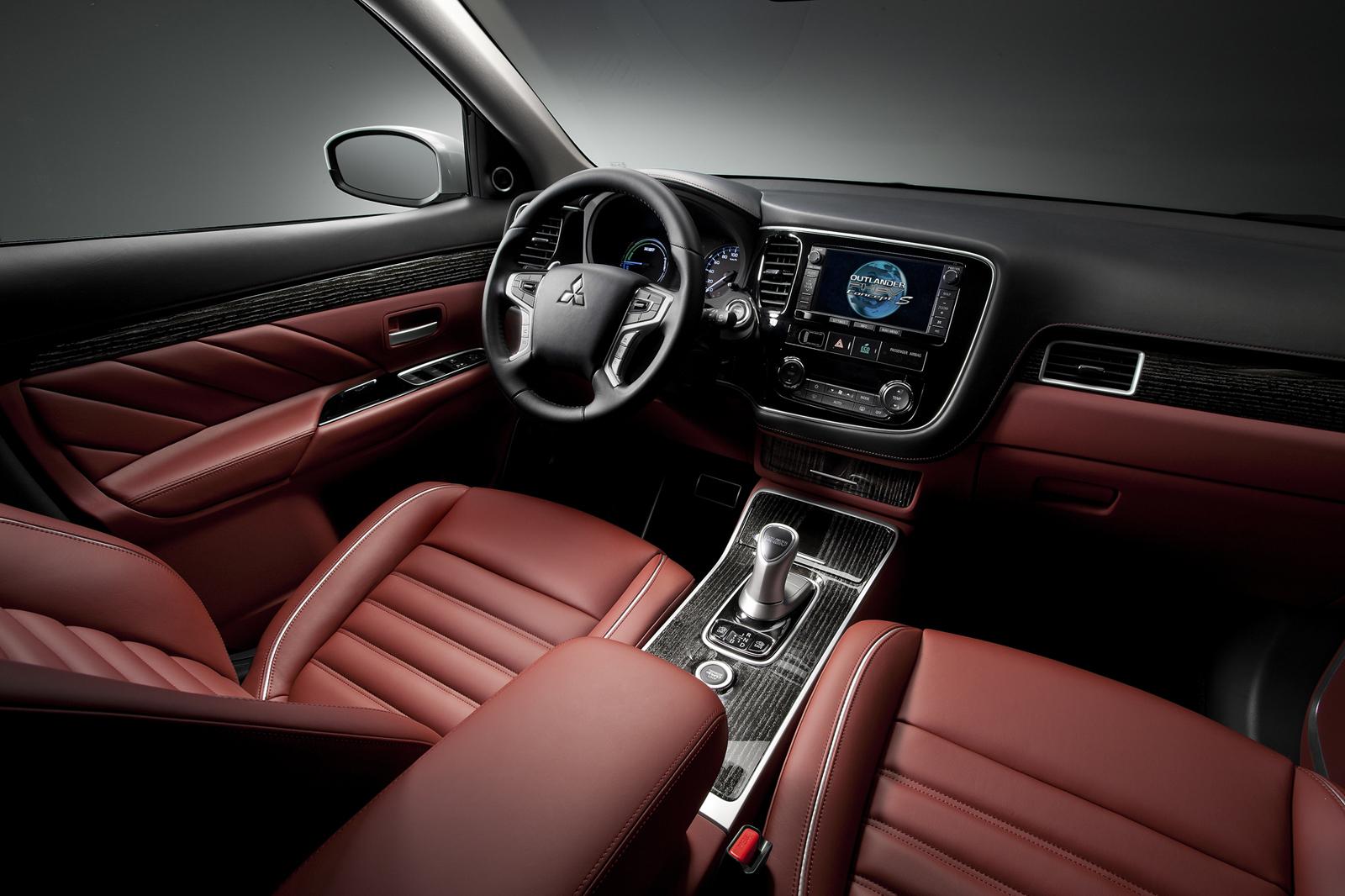 Nội thất của xe được thiết kế thể thao với màu sắc chủ đạo là đèn và đỏ tía