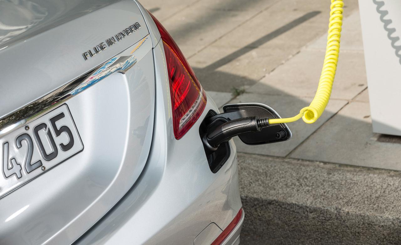 Người dùng có thể sạc điện trực tiếp từ bên ngoài qua cổng ở phía đuôi xe