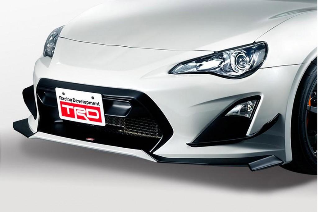Thân xe có thiết kế đậm nét thể thao, phối hợp hài hào với một vài điểm nhấn bằng sợi Carbon