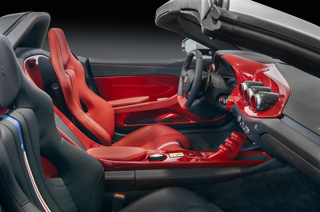 Nội thất của F60 America được thiết kế theo phong cách cân bằng bất đối xứng, lấy cảm hứng từ những chiếc xe đua Ferrari