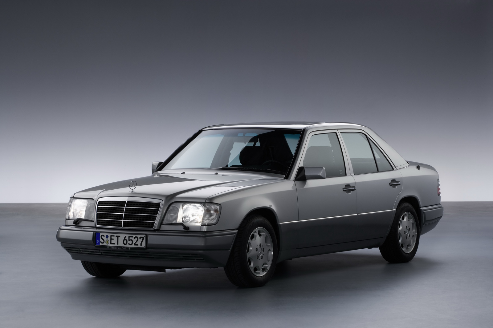 Mercedes-Benz W124 ra mắt năm 1984, tiền thân của E-Class