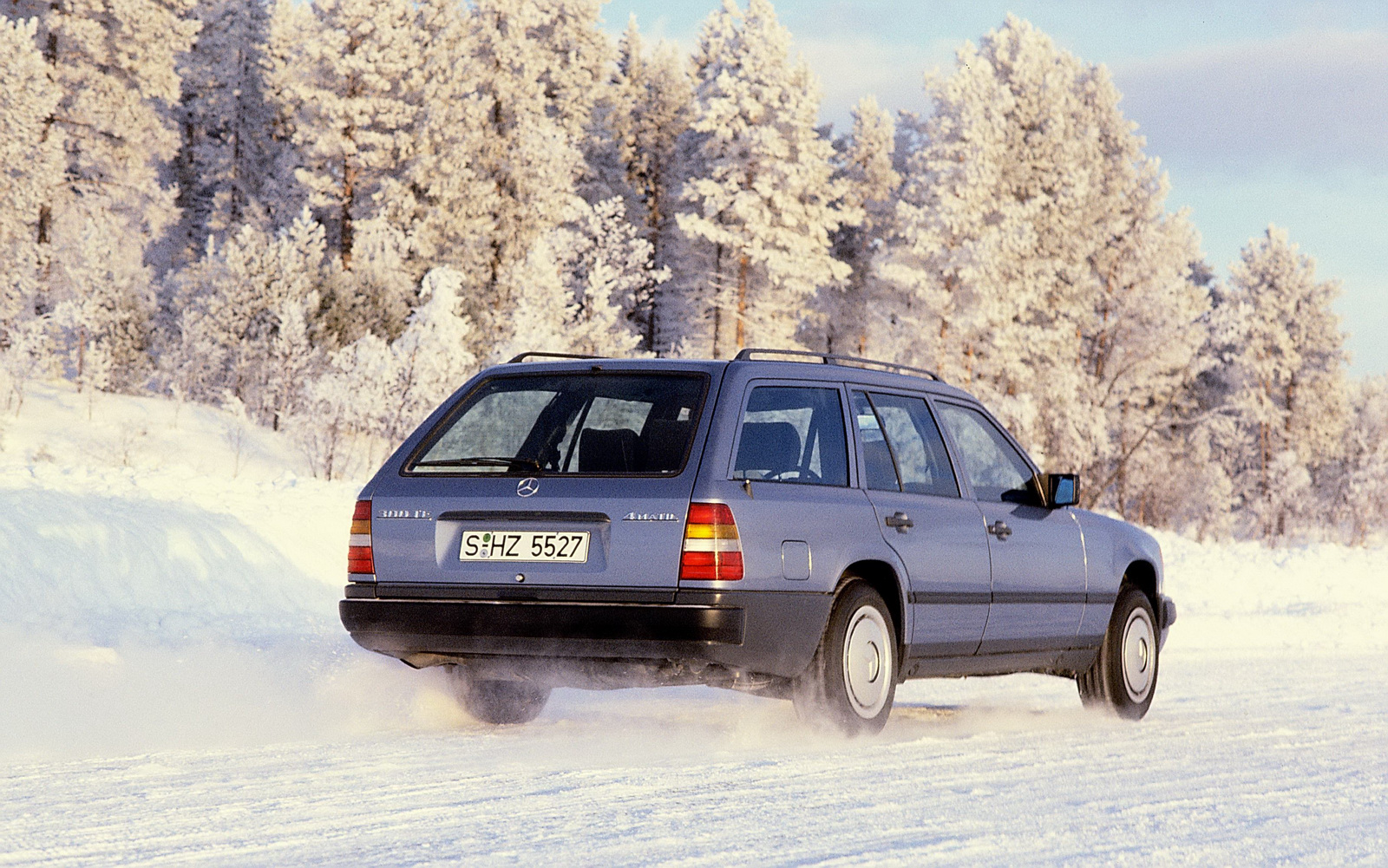 Estate 300 TE ra mắt lần đầu vào tháng 9 năm 1985