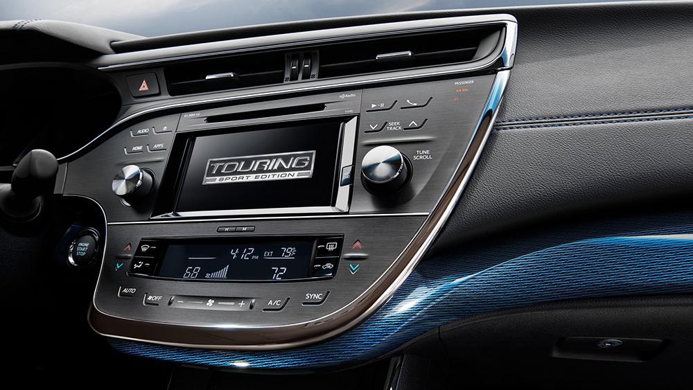 Bảng điều khiển được trang trí màu xanh đậm, tích hợp hệ thống điều khiển âm thanh trung tâm và màn hình hiển thị logo với thiết kế thể thao