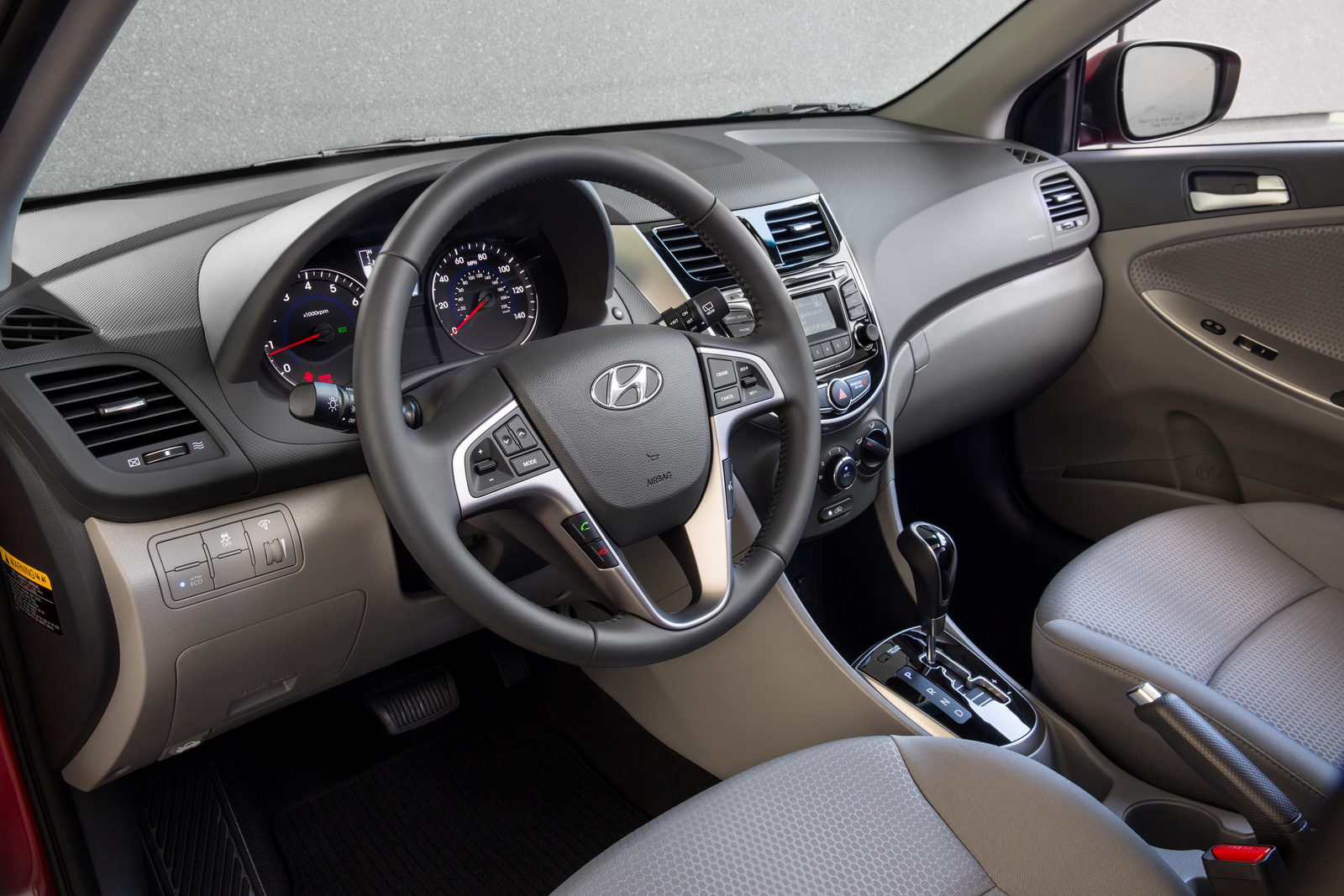 Nội thất bắt mắt và bổ sung nhiều trang thiết bị mới trên Hyundai Accent 2015
