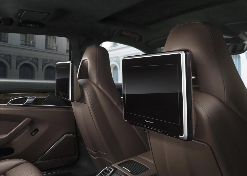 Điểm nổi bậc của mẫu xe này là hàng ghế sau tích hợp hệ thống giải trí đa phương tiện Porsche Rear Seat Entertainment System Plus