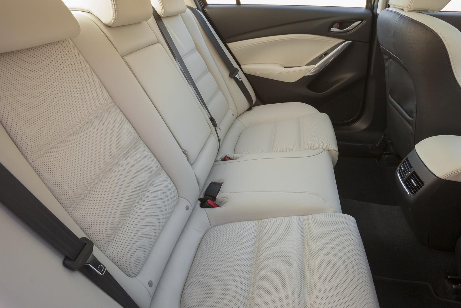 Ghế được làm từ vật liệu cao cấp, mang đến sự thoải mái cho khách hàng
