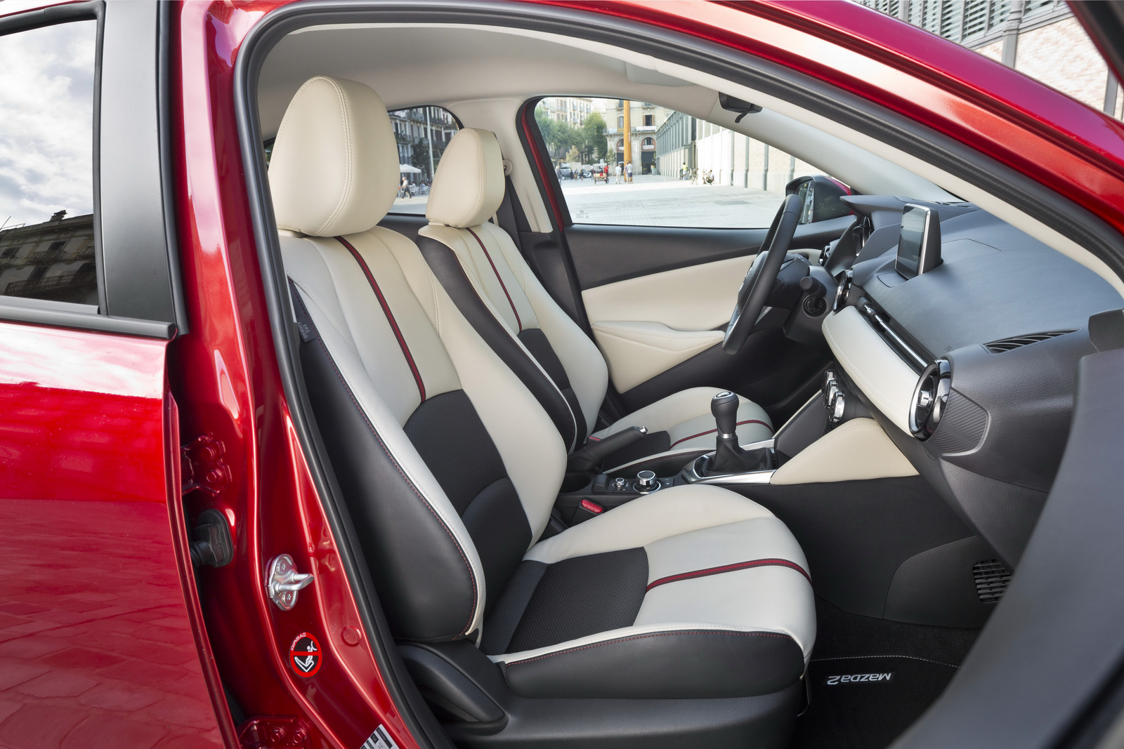 Nội thất Mazda 2 Sedan được trang bị nhiều tùy chọn tiêu chuẩn giống với phiên bản Hatchback