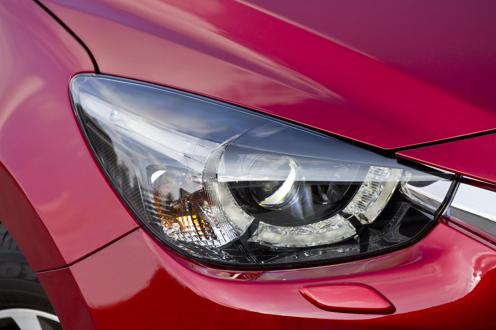 Mazda 2 2015 được trang bị đèn pha Halogen