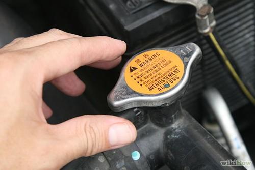 Khi xe quá nóng, hãy châm thêm dung dịch làm mát ô tô chính hãng
