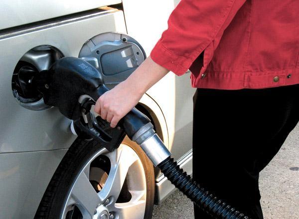 Lưu ý khi sử dụng và bảo dưỡng xe ô tô - đổ xăng