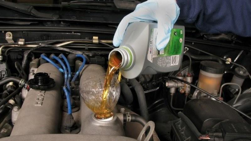 Lưu ý khi sử dụng và bảo dưỡng xe ô tô - thay dầu mới