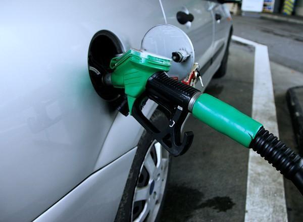 Lưu ý khi sử dụng và bảo dưỡng xe ô tô - đổ xăng có độ octan thích hợp