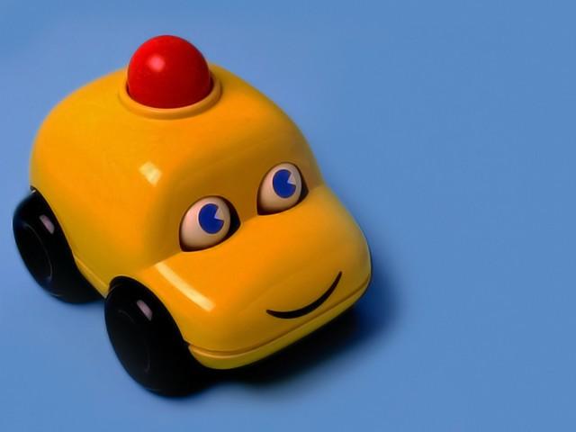 Những lưu ý về cách lái xe an toàn dành cho phụ nữ có con nhỏ - mang đồ chơi
