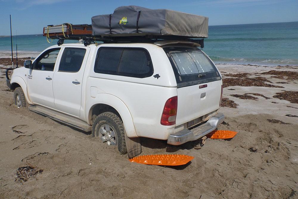 xe mắc kẹt trong cát