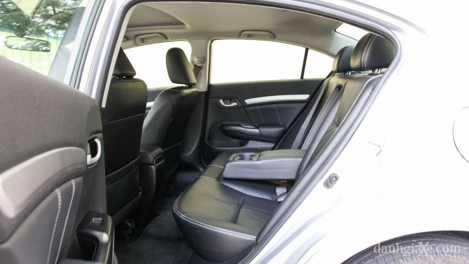 Hàng ghế sau của Civic 2016 thoải mái với những người có chiều cao 1,75m nhờ khoảng không gian trần xe và chỗ để chân thoải mái. Xe trang bị tựa tay trung tâm có hộc để ly nhưng chỉ trang bị tựa đầu cho 2 vị trí ghế ngồi.