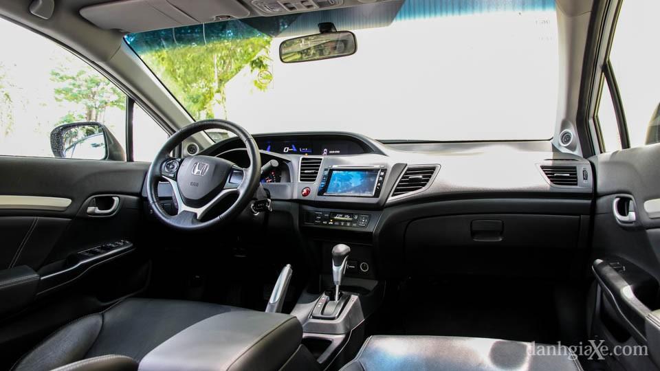 Đánh giá nội thất Civic 2016: Bảng tablo trên Honda Civic hoàn toàn tập trung về phía người lái giúp cho thao tác được thuận tiện hơn. Các phím bấm điều khiển trên bảng tablo trung tâm dạng phím bấm cứng.