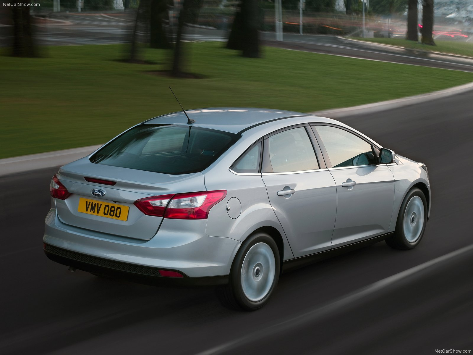 ford-focus_sedan_2013_13.jpg