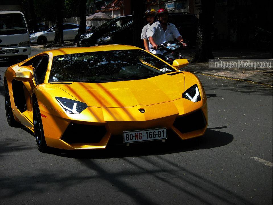 Siêu xe Việt Nam Lamborghini Aventador màu vàng trên phố