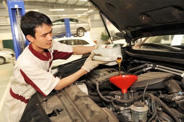 Kinh nghiệm mua xe ô tô cũ - Nhờ thợ kiểm tra kỹ lưỡng