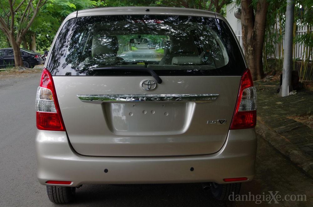 Đuôi xe Toyota Innova 2012