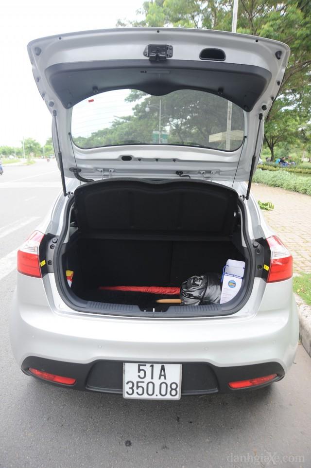 Khoang hành lý xe Kia Rio 2012