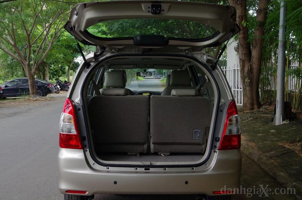 Khoang hành lý Toyota Innova 2012
