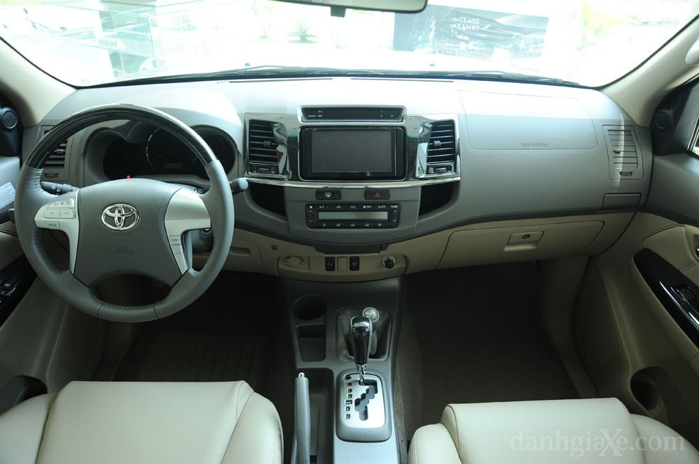Nội thất xe Toyota Fortuner 2012