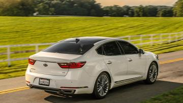 2017-Kia-Cadenza-SXL-rear-three-quarter-02.jpg